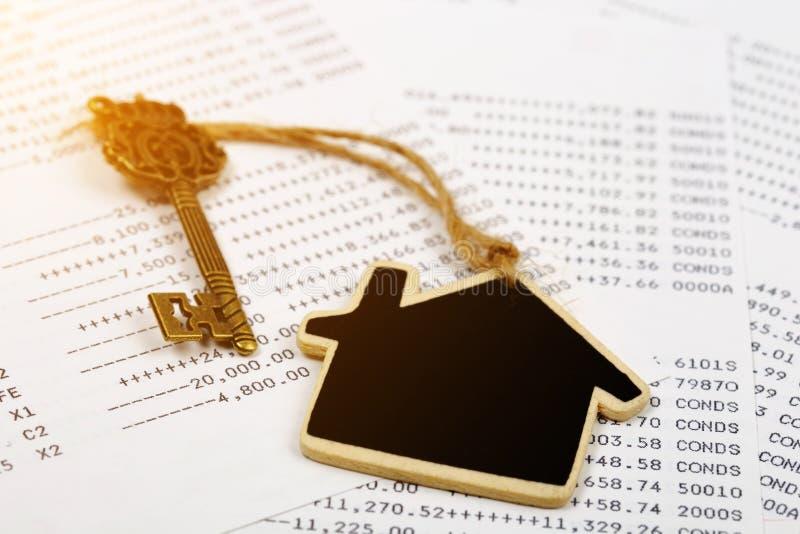 Stary klucz z domu modela pojęciem nieruchomość i transakcja zdjęcia stock