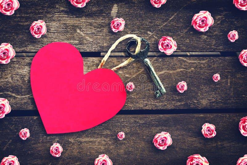 Stary klucz z etykietką z papierowego serca na drewnianym stole kosmos kopii Odgórny widok Walentynki ` s dnia tło fotografia royalty free