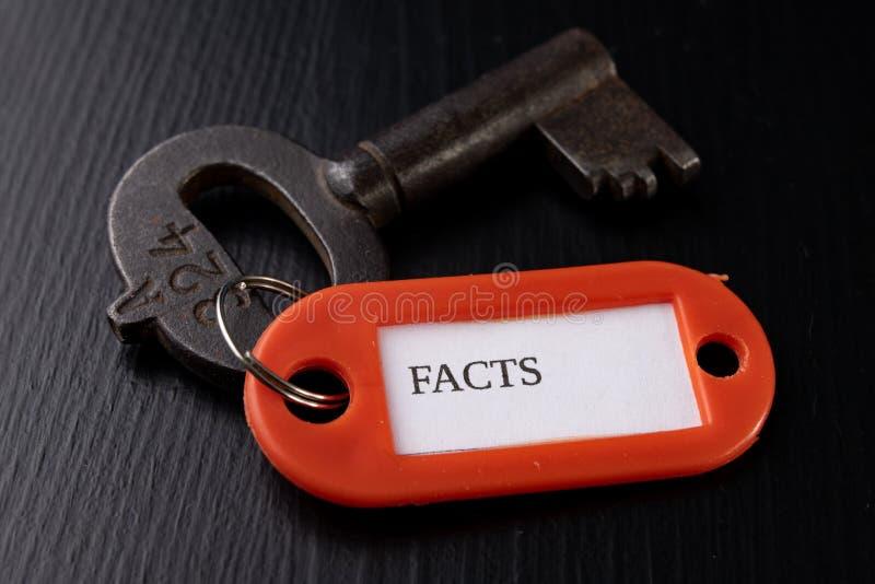 Stary klucz z inskrypcją na czarnym stole Akcesoria i symbol odnosić sie słowo w opisie klucz zdjęcie royalty free