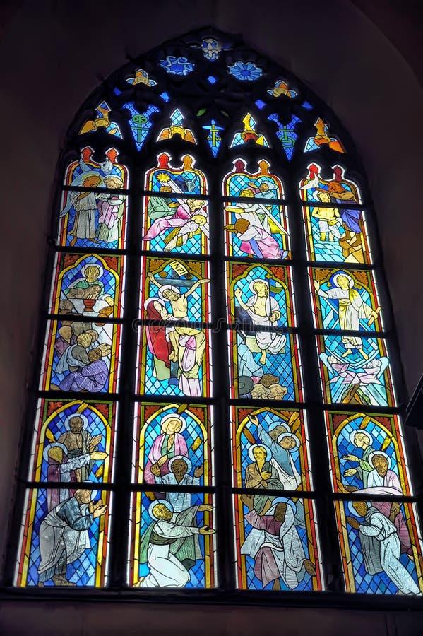 Stary kościół Świętego ducha wnętrze, witraży okno w kościół zdjęcia stock