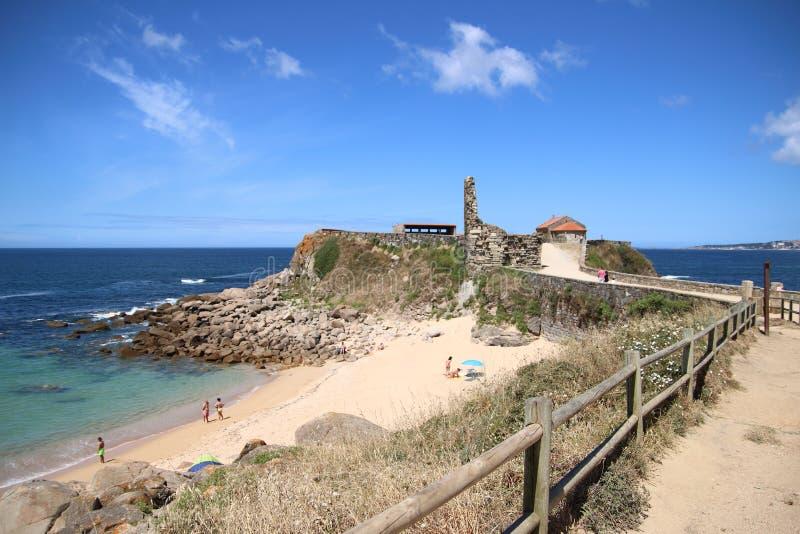 Stary kościół i ruiny w plaży zdjęcia stock