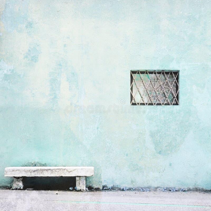 Stary kościelny błękit ściany szczegół z kamienną ławką i małym okno zdjęcia royalty free