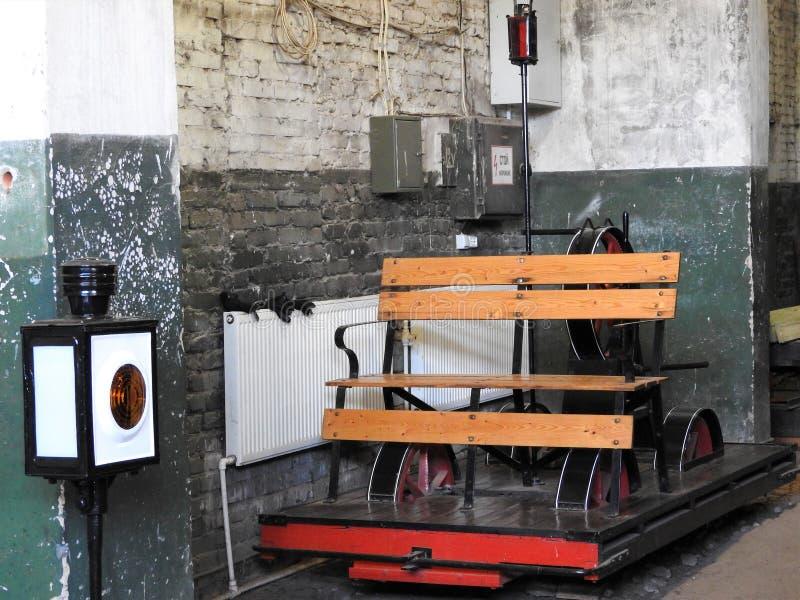 Stary kolejowy handcar na wymierników kolejowych poręczach fotografia stock