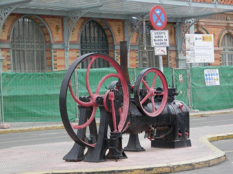 Stary kolejowy parowy silnik na forecourt stacja kolejowa obrazy royalty free