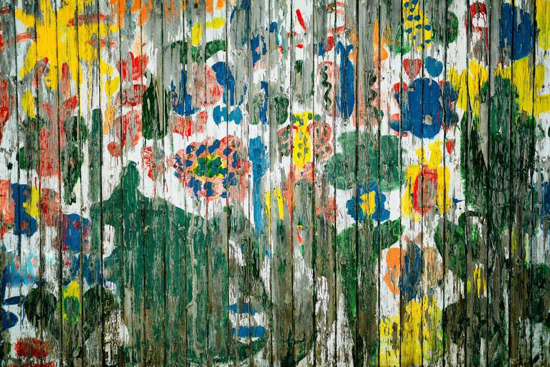 Stary kolorowy drewniany ogrodzenie z krakingowy stary boleć zdjęcia stock