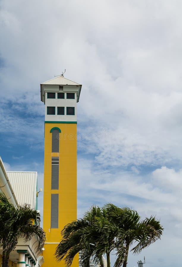 Stary koloru żółtego wierza drzewkami palmowymi w Nassau zdjęcie royalty free
