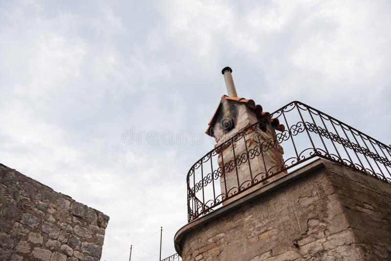 Stary komin robić z czerwonych cegieł na dachu z niebieskiego nieba i bielu chmurami w tle obraz stock