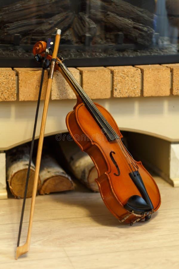 stary kominka skrzypce obrazy royalty free