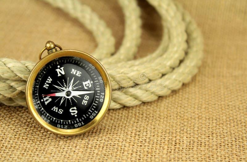 Stary kompas i arkana na burlap zdjęcia royalty free
