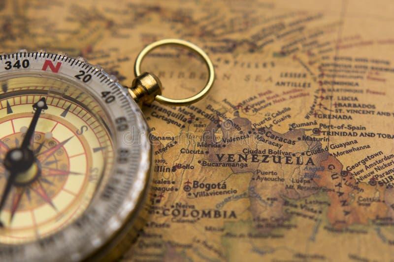 Stary kompas na rocznik mapie z selekcyjną ostrością na Wenezuela obraz stock