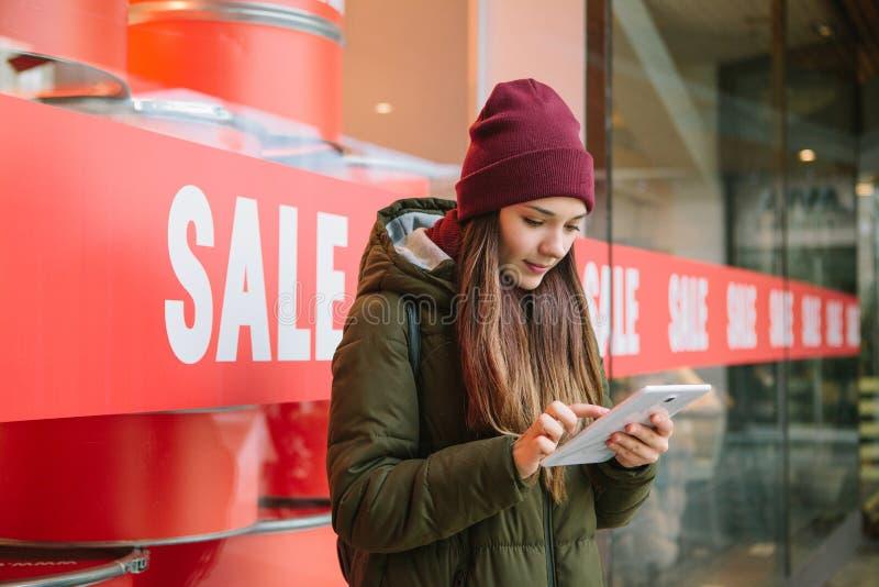 stary konceptualna efektywną bańki energetycznej lekka kuglarska zdjęcie Dziewczyna wybiera online produkty na sprzedaży obrazy stock