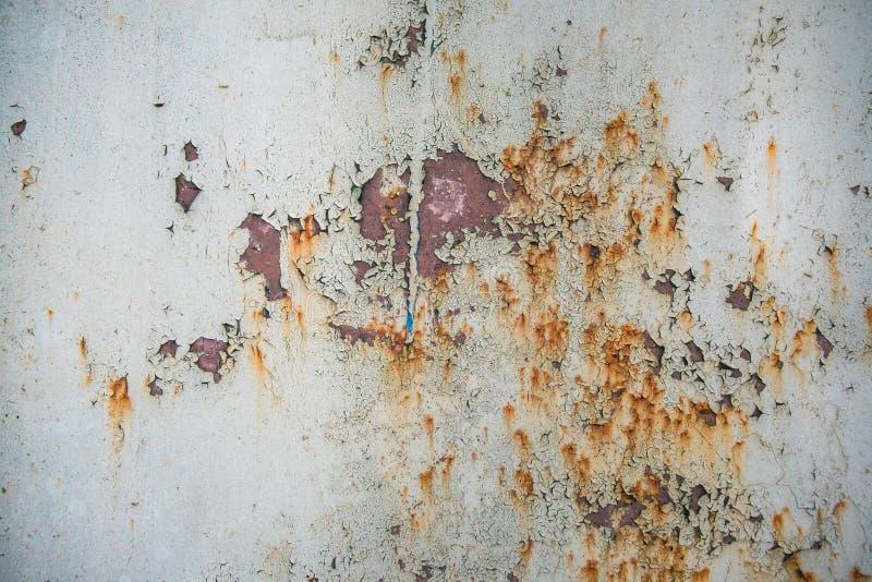Stary korodujący metal ściany tło z płatkowatymi szarość maluje Ośniedziała płatkowata krakingowa metal powierzchnia r obrazy stock