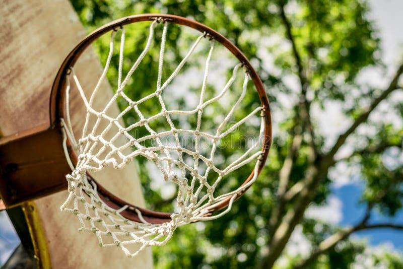Stary koszykówka obręcz Przeciw tłu drzewa obraz stock