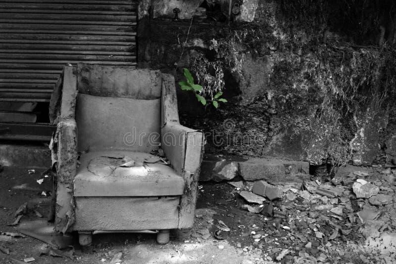 stary krzes?o dok?d nikt siedzi obraz royalty free