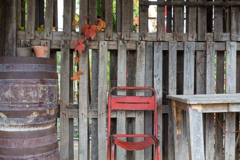 Stary krzesło i stołowy plenerowy obrazy royalty free