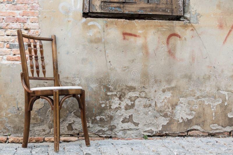Stary krzesło w ścianie obrazy stock