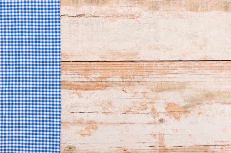 Stary kuchennego stołu tło z błękitnym w kratkę tablecloth fotografia royalty free