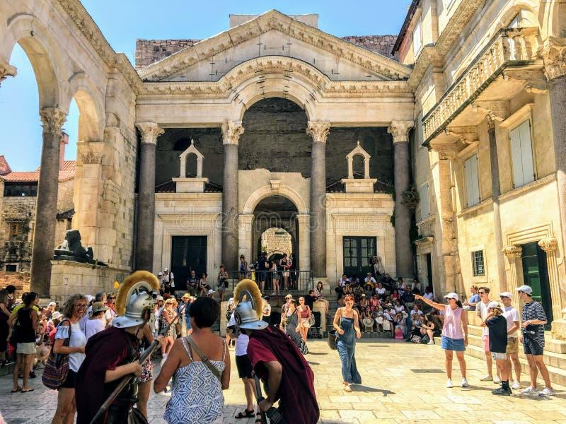 Stary kwadrat wśrodku antycznego rzymskiego punktu zwrotnego, Diocletians pałac zdjęcie royalty free