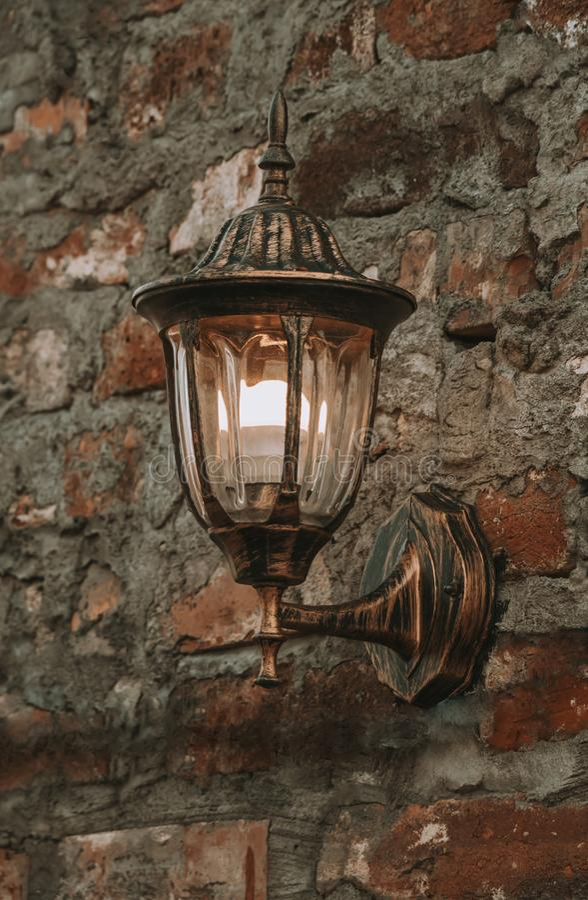 Stary lampion na kamiennej ?cianie fotografia royalty free
