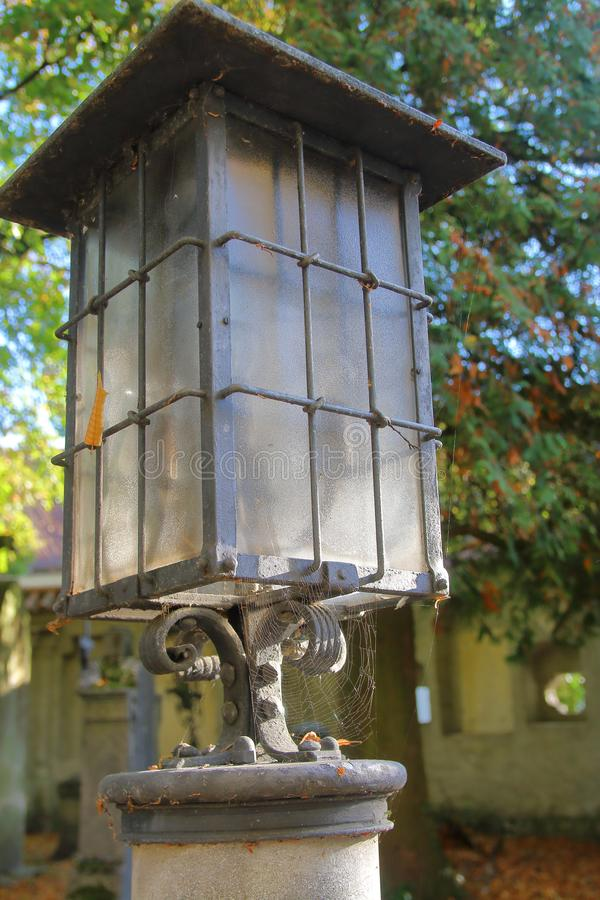 Stary lampion na monasteru cmentarzu obrazy stock