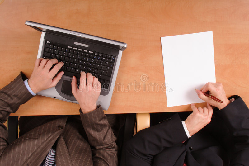 stary laptopów objętych umową papier przygotowania zdjęcia royalty free