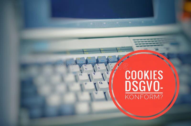 Stary laptop z inskrypcją w niemieckich ciastkach DSGVO-konform w angielskich ciastkach GDPR uległych symbolizować Ogólnych dane  obrazy stock