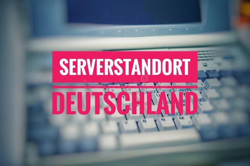 Stary laptop z wpisowym Serverstandort Deutschland w Angielskiej serwer lokaci Niemcy symbolizować use Niemieccy hos zdjęcia royalty free