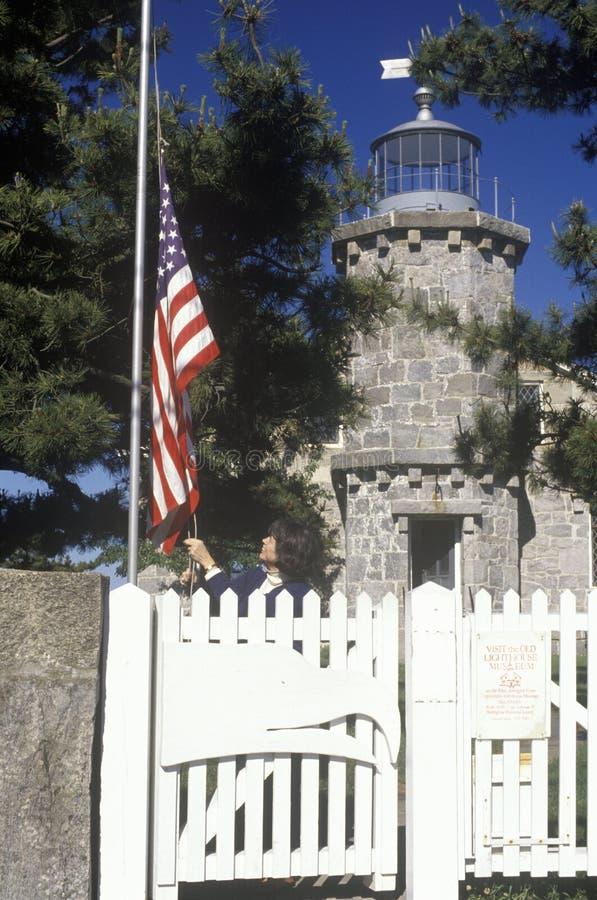 Stary latarni morskiej muzeum, flaga amerykańska w Stonington i, CT fotografia stock