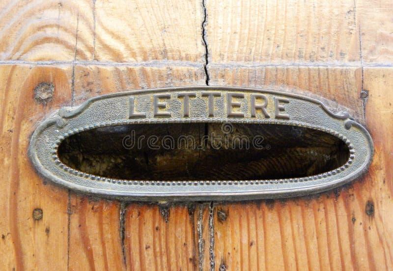 Stary lettere pudełko na drzwi w Włochy fotografia royalty free