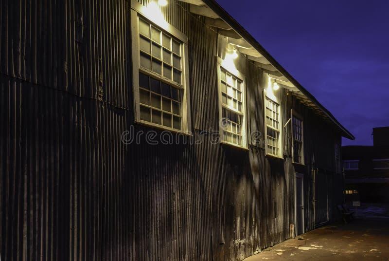 Stary linia kolejowa budynek Przy nocą obrazy stock