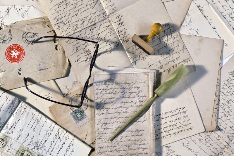 Stary listów wciąż życie z szkłami fotografia stock