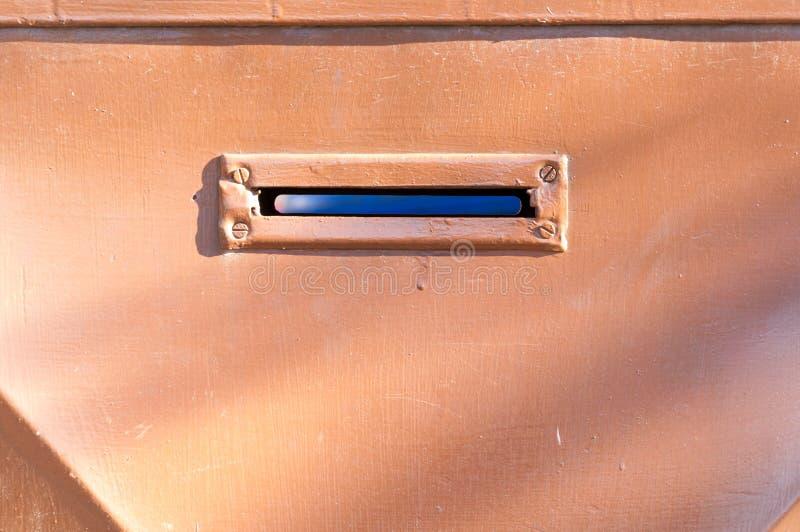Stary listowy pudełko lub skrzynka pocztowa w brama drzwiowym tradycyjnym sposobie dostarczać up listy lub poczta domowy adresu z obrazy stock