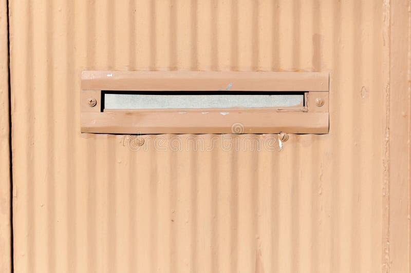 Stary listowy pudełko lub skrzynka pocztowa w brama drzwiowym tradycyjnym sposobie dostarczać up listy lub poczta domowy adresu z zdjęcia royalty free