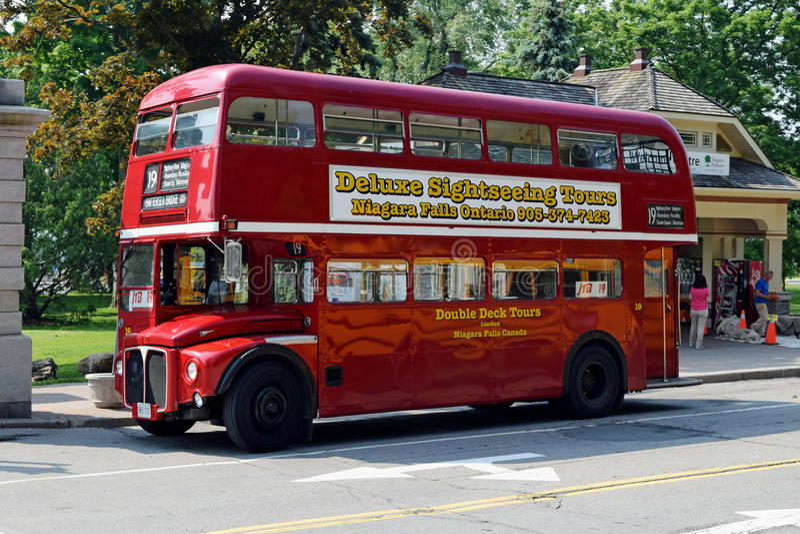 Stary Londyński autobus przy Niagara spadkami, Ontario, Kanada obrazy royalty free