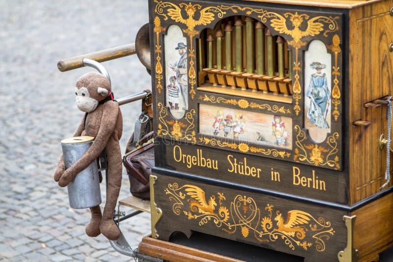 Stary lufowy organ z małpią zabawką, Berlin zdjęcia royalty free