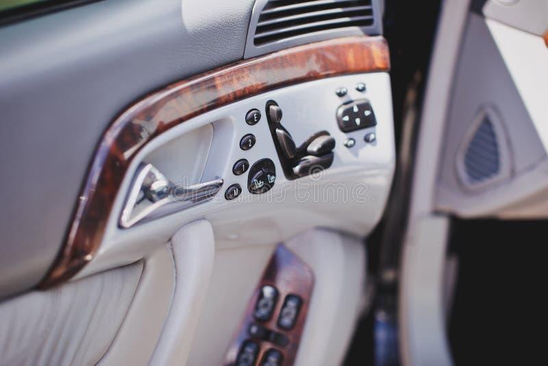 Stary luksusowy nowożytny samochodowy wnętrze, beżowy kolor, elektroniczni guziki, automatycznego przekazu dźwignia obraz royalty free