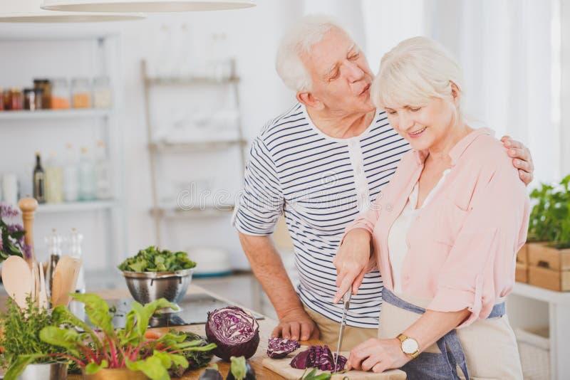 Stary mężczyzna całuje wifes głowę zdjęcia stock