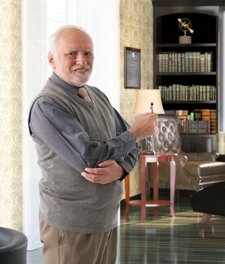 Stary mężczyzna przy bibliotecznym pokojem zdjęcia royalty free