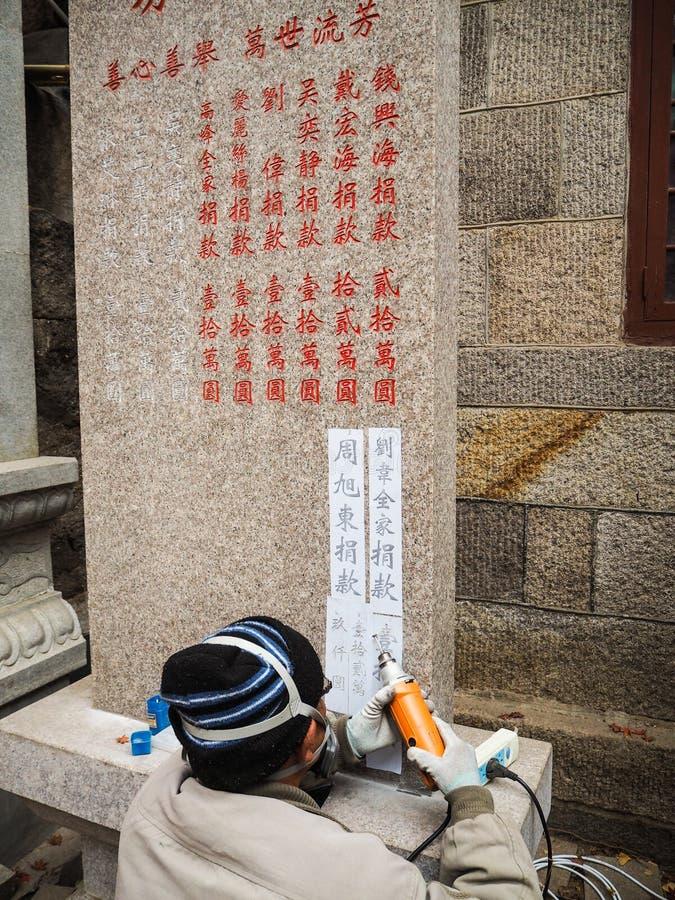 Stary mężczyzna rzeźbi stelę obraz royalty free