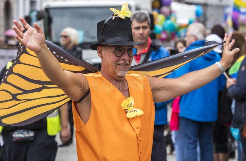 2019: Stary mężczyzna uczęszcza Gay Pride z pomarańczowymi motylimi skrzydłami paraduje także zna jako Christopher dnia Uliczny C obrazy stock