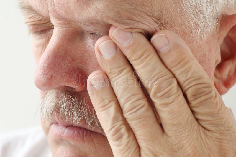 Stary mężczyzna z zmęczonymi oczami zdjęcie stock