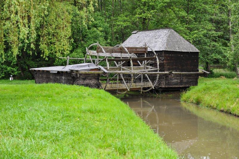 Stary młynu dom na rzece w wschodnim Europa obraz royalty free