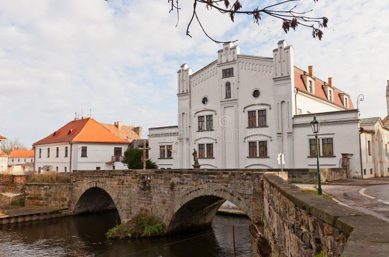 Stary młynu i kamienia most w Brandys nad Labem, republika czech fotografia stock