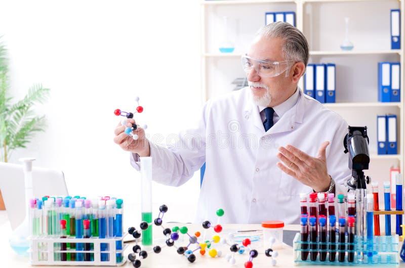 Stary m?ski chemik pracuje w lab zdjęcie stock