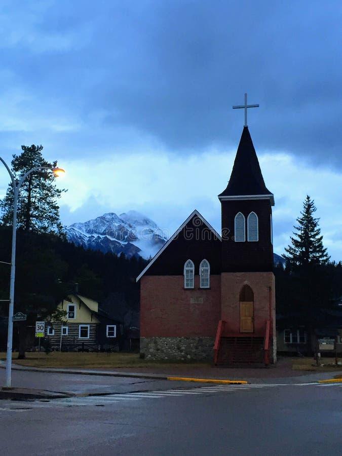 Stary mały kościół gnieździł się przy bazą Skaliste góry w J obraz royalty free