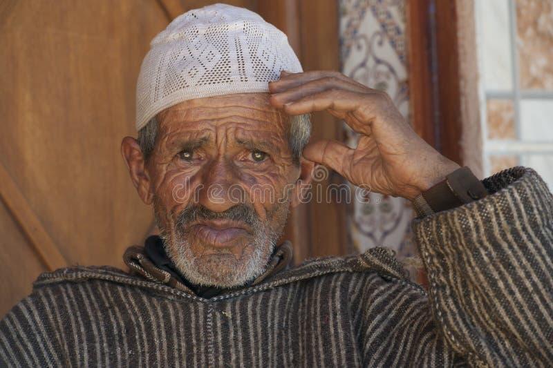 Stary marszczący i życzliwy mężczyzna w Maroko obraz royalty free