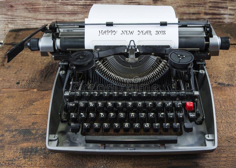 Stary maszyna do pisania od lata siedemdziesiąte z papieru i kopii przestrzenią Szczęśliwy nowy rok 2018 obraz stock