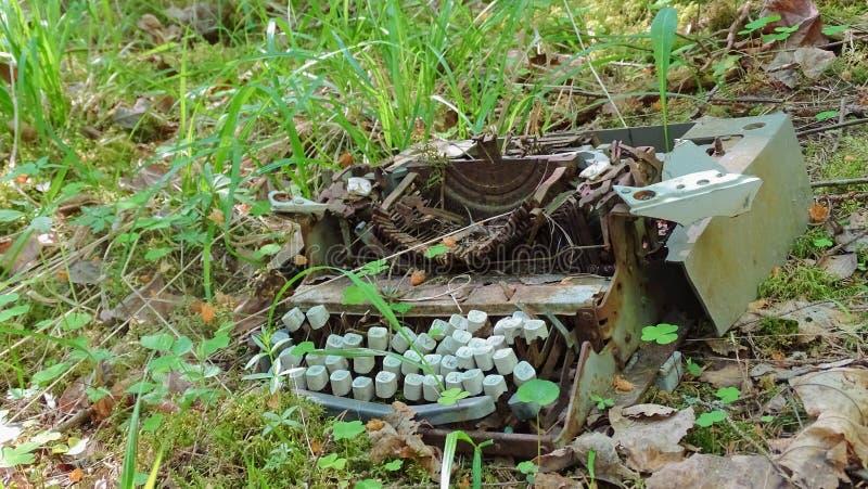Stary maszyna do pisania w gąszczu obrazy stock