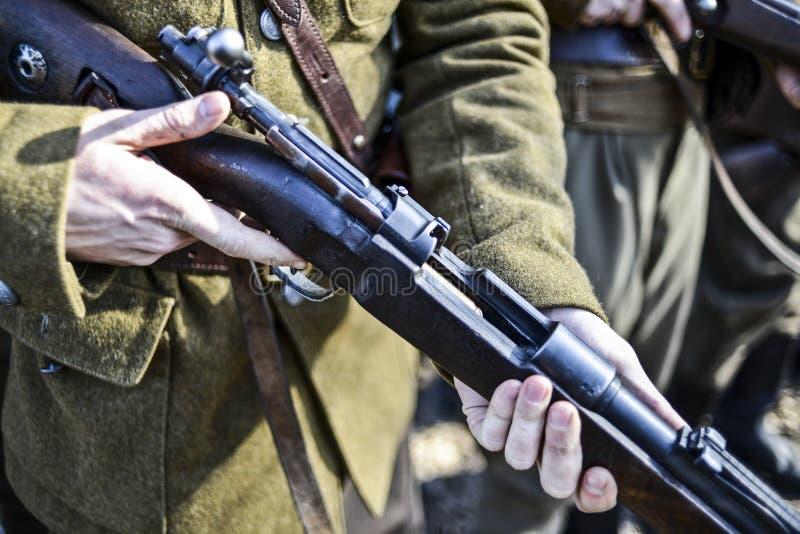 Stary maszynowego pistoletu mienie żołnierzem, plenerowym w Polska obrazy royalty free