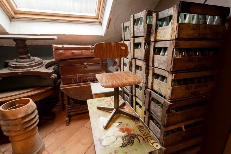 Stary meble wśrodku antykwarskiego sklepu z roczników krzesłami, dekoracja, retro naczynia zdjęcie royalty free
